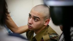 الرقيب إيلور عزاريا، الجندي الإسرائيلي المتهم بقتل منفذ هجوم فلسطيني عاجز في الخليل، خلال مثوله أمام المحكمة العكسرية في يافا، 24 يوليو، 2016. (Flash90)