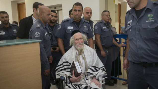 الحاخام إليعيزر بيرلاند يغطي نفسه بشال الصلاة في المحكمة المركزية في القدس، 1 أغسطس، 2016. (Yonatan Sindel/ Flash90)