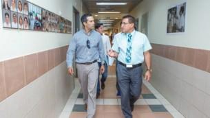 """جورج ب. بوش (من اليسار) خلال زيارة مع وفد من رجال الأعمال من تكساس إلى مركز """"زيف"""" الطبي في صفد، شمال إسرائيل، 16 أغسطس، 2016. (Ziv Medical Center)"""