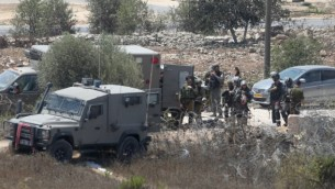القوات الإسرائيلية في الموقع الذي قُتل فيه الفلسطيني إياد حامد جراء إطلاق جنود النار عليه بعد أن ركض مسرعا باتجاه نقطة حراسة بالقرب من قرية سلواد في الضفة الغربية، 26 أغسطس، 2016.  (Flash90)