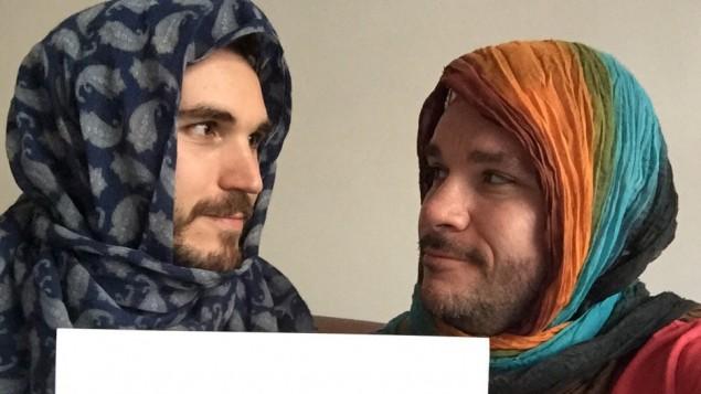 رجال يحتجون على قوانين الاحتشام الإيرانية التي تلزم النساء على ارتداء الحجاب (DSRGenealogist/Twitter)