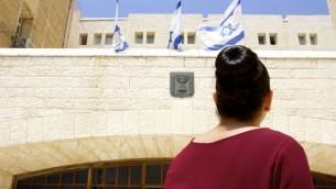براء (20) عاما من القدس الشرقية. هي جزء من اتجاه متزايد من العرب الذين قررا الإنضمام إلى برنامج الخدمة المدنية الإسرائيلي. (Dov Lieber / Times of Israel)