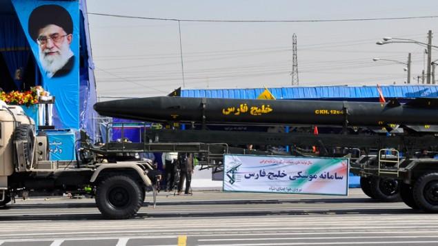 صاروخ بالستي من طراز 'خليج فارس' على حاملة صواريخ خلال عرض عسكري في إيران. (Iranian military/CC BY-SA 3.0/WikiMedia)
