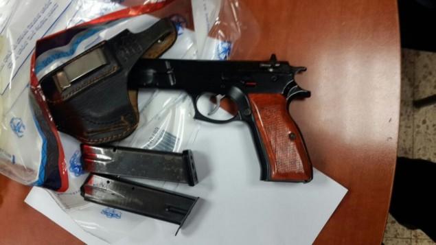 مسدس ومخزني مسدس وجراب عثرت عليها الشرطة في غرفة فتى يبلغ من العمر 13 عاما من سكان القدس الشرقية في المؤسسة تربوية التي يقيم فيها، أغسطس 2016. (الشرطة الإسرائيلية)