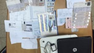 وثائق إسرائيلية مزورة تمت مصادرتها من ورشة تزوير في قرية عقربا في الضفة الغربية، 22 أغسطس، 2016. (الشرطة الإسرائيلية)