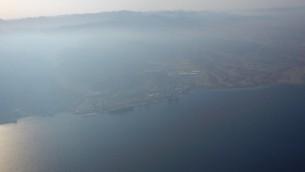 مشهد جوي لسطح خليج العقبة في صباح 24 أغسطس، 2016، بعد يوم واحد من إنفجار أنبوب في العقبة وتسرب 200 طن من النفط الخام إلى البحر الأحمر. (courtesy Eli Warburg/Environmental Protection Ministry)