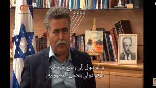 وزير الدفاع السابق عمير بيريس خلال مقابلة على قناة الميادين التابعة لحزب الله (YouTube screenshot)