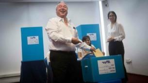 عضو الكنيست دافيد أمسالم (الليكود) يدلي بصوته في مركز إقتراع في القدس في الإنتخابات التمهيدية داخل حزب 'الليكود' لإنتخابات الكنيست، 14 يونيو، 2015. (Photo by Miriam Alster/FLASH90)