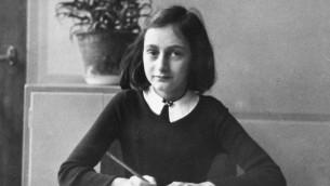 آن فرانك، في سن 12 عاما، على طاولتها المدرسية في أمستردام، 1941.