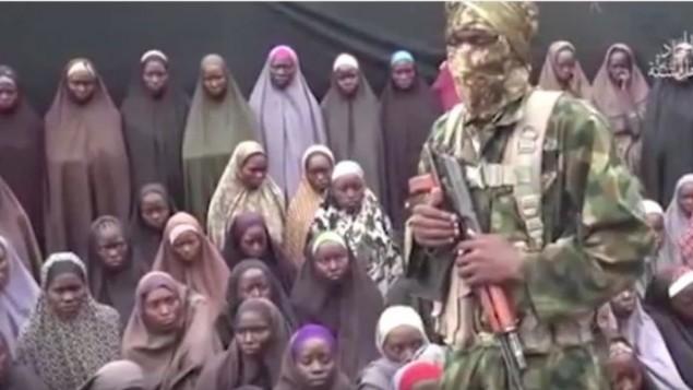 لقطة شاشة من فيديو نشرته جماعة بوكو حرام الجهادية في 14 اغسطس 2016، يدعي انه يظهر عشرات الفتيات اللواتي اختطفن عام 2014 (screen capture: YouTube)