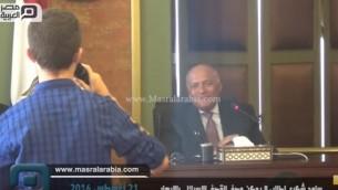 وزير الخارجية المصري سامح شكري يتحدث مع مجموعة طلاب مدرسة ثانوية في مقر وزارة الخارجية في القاهرة، 21 اغسطس 2016 (screen capture: YouTube)