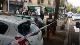 """الشرطة الفرنسية في الموقع الذي تعرض فيه رجل يهودي للطعن بيد رجل مضطرب نفسيا صرخ """"الله أكبر"""" في مدينة ستراسبوغ، شمال شرق فرنسا، في 19 أغسطس، 2016. (لقطة شاشة: YouTube)"""
