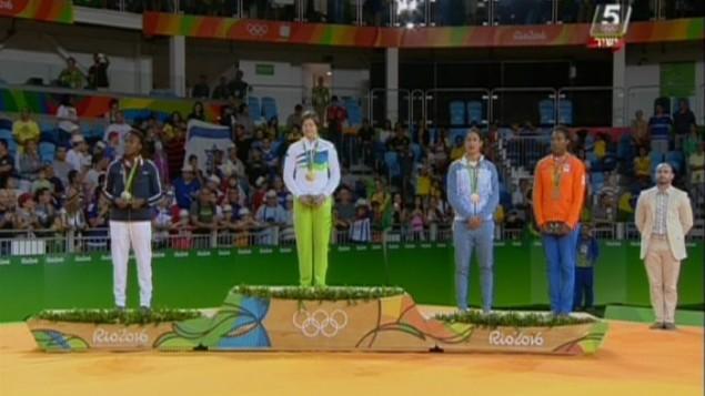 لاعبة الجودو الإسرائيلية ياردين جربي تقف على منصة الفائزين بعد فوزها بالميدالية البرونزية خلال حفل توزيع الجوائز في الالعاب الاولمبية في ريو، 9 اغسطس 2016 (screen capture: Channel 55)