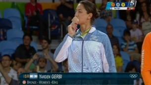 لاعبة الجودو الإسرائيلية ياردين جربي تقبل ميداليتها البرونزية خلال حفل توزيع الجوائز في الالعاب الاولمبية في ريو، 9 اغسطس 2016 (screen capture: Channel 55)