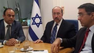 القنصل العام الإسرائيلي في إسطنبول شاي كوهين (من اليسار) خلال لقاء مع المدير العام لوزارة الخارجية دوري غولد ورئيس المكتب غلعاد كوهين، 21 مارس، 2016 في إسطنبول، تركيا. (MFA)