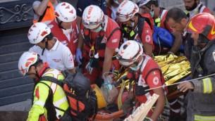 طواقم طوارئ واغاثة يحملون احد الناجين خلال عملية بحث وانقاذ في اماتريتشي، بعد ان هز زلزال بقوة 6,2 ايطاليا، 24 اغسطس 2016 (AFP PHOTO / FILIPPO MONTEFORTE)