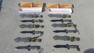 """شحنة من سكاكين الكوماندوز التي تم اعتراضها من قبل مسؤولين إسرائيليين في معبر """"كيريم شالوم"""" الحدودي بين إسرائيل وغزة، 9 أغسطس، 2016. (Defense Ministry Crossing Authority)"""