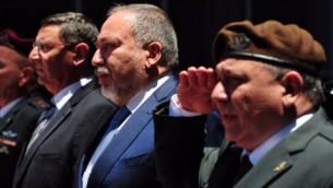 وزير الدفاع المعين حديثا، أفيغدور ليبرمان، إلى جانب رئيس هيئة الأركان العامة للجيش الإسرائيلي، غادي أيزنكوت، خلال مراسم إستقبال الوزير الجديد في وزارة الدفاع، 31 مايو، 2016. (Ariel Harmoni/Ministry of Defense)