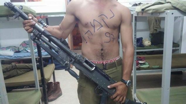 "جندي يحمل سلاحا مع رسم كلمة ""إنتقام"" على صدره. ((The Nation of Israel Demands Vengeance! Facebook page))"