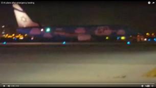 """صورة شاشة لفيديو يظهر طائرة """"ال عال"""" بعد اجرائها هبوط طارئ في مطار بن غوريون، 18 اغسطس 2016 (screen capture: YouTube)"""