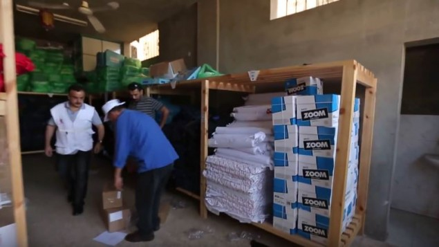 مستودع توزيع مساعدات تابع لمنظمة 'أنقذوا الأطفال' في قطاع غزة، 2014. (Save the Children/YouTube)