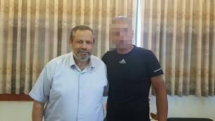 يوحاي داماري مع الرجل الفلسطيني الذي قدم المساعدة لعائلة مارك بعد الهجوم الذي وقع في 1 يوليو، 2016 وأسفر عن مقتل الحاخام ميكي مارك. (Har Hebron Regional Council)