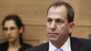 بروفسور شموئيل هاوزر، رئيس هيئة الأوراق المالية الإسرائيلية، خلال حضوره لجلسة للجنة المالية في الكنيست. (Miriam Alster/ Flash90)