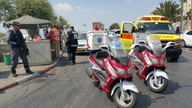 طواقم الإسعاف تصل إلى موقع هجوم طعن في حي الطور في القدس الشرقية، 11 أغسطس، 2016. (United Hatzalah)