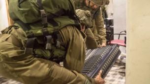 جنود اسرائيليون يصادرون معدات بث بينما يغلقون اضاعة السنابل في دورا، 31 اغسطس 2016 (IDF Spokesperson's Unit)