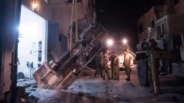 جنود اسرائيليون يخرجون معدات لصناعة الاسلحة من ورشة في الضفة الغربية، في صورة صدرت في 1 اغسطس 2016 (IDF Spokesperson)
