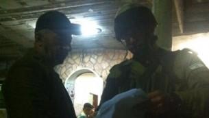 الجنود الإسرائيليون يسلمون الإبلاغ بالهدم في منزل محمد طرايرة، منفذ الهجوم الفلسطيني الذي قتل هاليل يافا أريئيل (13 عاما). (المتحدث بإسم الجيش الإسرائيلي)