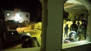 جنود اسرائيليون يشاركون بهدم منزل معتدي فلسطيني قتل فتاة تبلغ 13 عاما طعنا في سريرها في مستوطنة كيريات اربع في شهر يونيو، في بلدة بني نعيم بالضفة الغربية، 15 اغسطس 2016 (IDF Spokespersons Office)