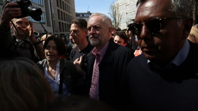 """زعيم حزب """"العمال"""" المعارض البريطاني، جيريمي كوربين (وسط الصورة)، بعد خطاب له في يوم 'الأول من أيار' في لندن، 1 مايو، 2016. (AFP/Justin Tallis)"""
