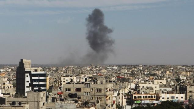 الدخان يتصاعد جراء غارة جوية إسرائيلية في رفح، جنوبي قطاع غزة، في 5 مايو، 2016.  (AFP/Said Khatib)