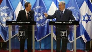 رئيس الوزراء الإسرائيلي بينيامين نتنياهو، من اليمين، يقف إلى جانب الأأمين العام للأمم المتحدة بان كي مون خلال إدلائهما بتصريحات في القدس، 28 يونيو، 2016. (AFP/Pool/Ronen Zvulun)