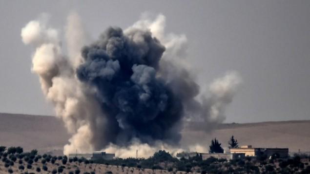 """الدخان يتصاعد في أعقاب غارات جوية نفذتها طائرات مقاتلة تابعة للجيش التركي على قرية جرابلس التي تقع على الحدود السورية التركية خلال الحرب ضد أهداف تابعة تنظيم """"الدولة الإسلامية""""، 24 أغسطس، 2016. (AFP/BULENT KILIC)"""