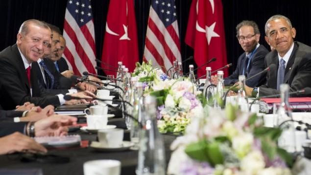 الرئيس الأمريكي باراك أوباما (الثاني من اليمين) والرئيس التركي رجب طيب أردوغان خلال لقاء جمعهما على هامش قمة مجموعة العشرين في هانغتشو بالصين، 4 سبتمبر، 2016. (AFP PHOTO / SAUL LOEB)