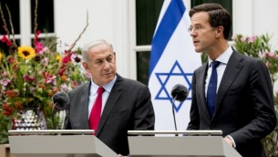 رئيس الوزراء بينيامين نتنياهو، من اليسار، ونظيره الهولندي مارك روته خلال مؤتمر صحفي مشترك في لاهاي، 6 سبتمبر، 2016. (AFP/ANP)