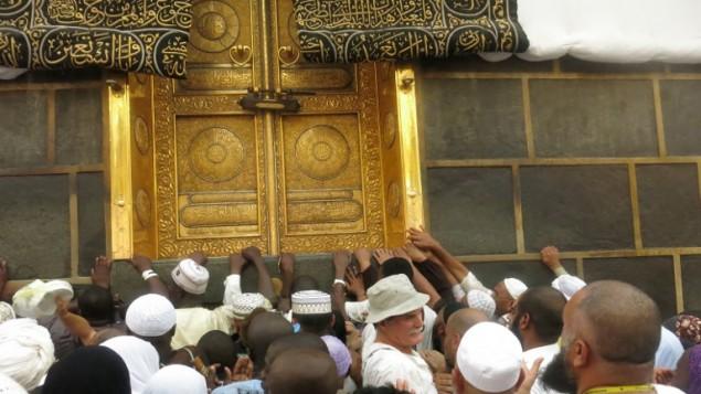 حجاج مسلمون يلمسون ابواب الكعبة الذهبية في المسجد الحرام بمكة المكرمة، 6 سبتمبر 2016 (AHMAD GHARABLI / AFP)