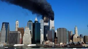 صورة التقطت في 11 سبتمبر 2001 في نيويورك تظهر الدخان بتصاعد من مباني التوأمين بعد اصطدام طائرات بهما، (HENNY RAY ABRAMS / AFP)