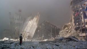 صورة التقطت في 11 سبتمبر 2001 في نيويورك تظهر رجل يقف بين الحطام وينادي لاي احد يحتاج المساعدة بعد انهيار اول برج في الاعتداءات (DOUG KANTER / AFP)