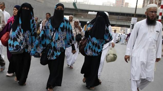 حجاج مسلمون يمشون في شوارع مكة الكرمة، 8 سبتمبر 2016 (AHMAD GHARABLI / AFP)
