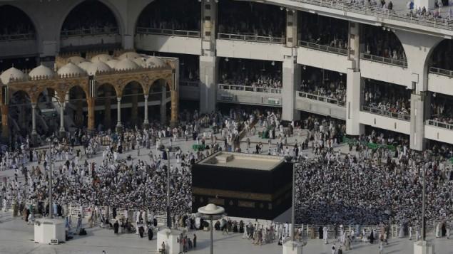 الحجاج المسلمون يطوفون حول الكعبة في المسجد الحرام بمدينة مكة المكرمة، 8 سبتمبر 2016 (AHMAD GHARABLI / AFP)