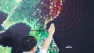 مسؤول كوري جنوبي يشير الى خارطة تظهر مركز زلزال في كوريا الشمالية في مركز وكالة الارصاد في سيول، 9 سبتمبر 2016 (YONHAP / AFP)