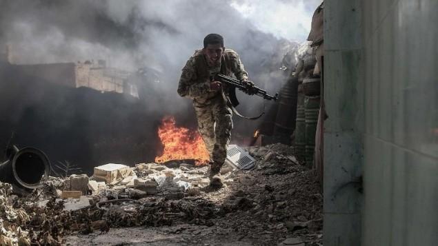 مقاتل من حركة جيش الاسلام السورية يحاول تجنب نيران القناص في منطقة دوما التي تسيطر عليها المعارضة، في ضواحي دمشق، 5 سبتمبر 2016 (AFP Photo/Sameer Al-Doumy)