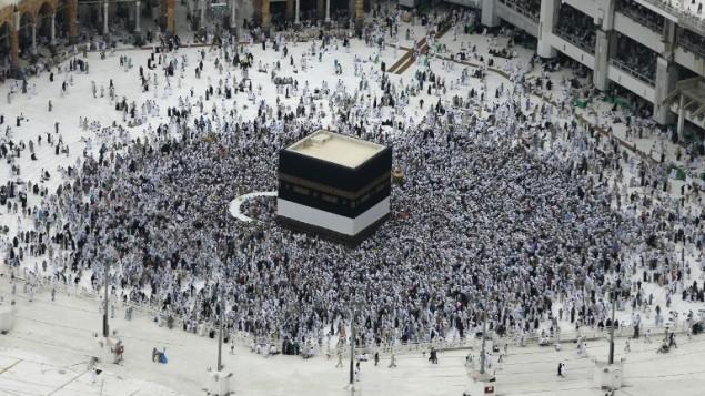 حجاج مسلمون من جميع أنحاء العالم يطوفون حول الكعبة في في المسجد الحرام في مدينة مكة في 9 سبتبمر، 2016، قبل يوم من بداية موسم الحج السنوي. (AFP/Ahmad Gharabli)