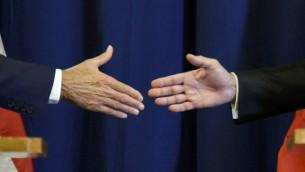 وزير الخارجية الامريكي جون كيري يصافح نظيره الروسي سيرغي لافروف في ختام مؤتمر صحفي عند نهاية مباحثات حول الهدنة في سوريا في جنيف، 9 سبتمبر 2016 (FABRICE COFFRINI / AFP)