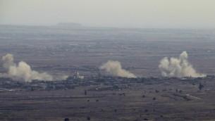 صورة التقطت من مرتفعات الجولان تظهر الدخان يتصاعد من بلدة جباتا الخشب السورية بعد قصف طائرات اسرائيلية لمواقع سورية عسكرية بعد سقوط قذائف طائشة في الجولان، 10 سبتمبر 2016 (AFP/Jalaa Marey)