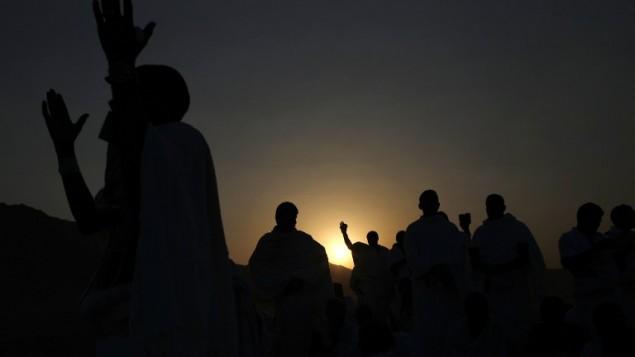 الحجاج المسلمون يشاركون في أحد مناسك الحج على جبل عرفة بالقرب من مكة في الساعات الأولى من صباح 11 سبتبمر، 2016. (AFP PHOTO / AHMAD GHARABLI)
