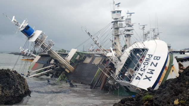 سفينة صيد انقلبت بعد ان ضرب الاعصار ميرانتي جنوب شرق تايوان، 25 سبتمبر 2016 (SAM YEH / AFP)